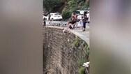 Οργή για τον άνδρα που έβαλε παιδί να κρέμεται σε γκρεμό για μια... φωτογραφία (video)