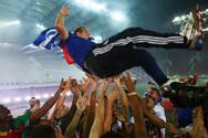 Ολυμπιακός: 'Φωτιά' σε όλο τον Πειραιά έβαλε η φιέστα και η παρέλαση των πρωταθλητών (φωτο+βίντεο)