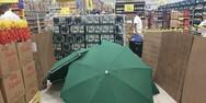 Βραζιλία - Εργαζόμενος πέθανε σε σούπερ μάρκετ και τον κάλυψαν με ομπρέλες και κούτες!