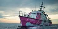 Το πλοίο του Banksy κάλεσε σε βοήθεια μετά τη διάσωση δεκάδων μεταναστών