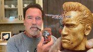 Άρνολντ Σβαρτσενέγκερ: Καπνίζει την πίπα του… «Εξολοθρευτή» (φωτο)