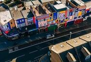 «Walala Parade»: Μια ιδιαίτερη τοιχογραφία πλημμυρίζει με φως το ανατολικό Λονδίνο (φωτο)