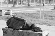 Άνθρωποι μονάχοι και εγκαταλελειμμένοι στους δρόμους της Πάτρας