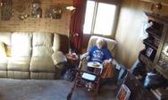 Αναμμένο κερί προκαλεί μια τρομερή πυρκαγιά σε σπίτι (video)