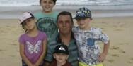 Οικογένεια πρέπει να διαλέξει ποιο από τα 4 παιδιά της θα αποχαιρετήσει τον πατέρα του
