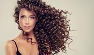 Hair Plopping: Η νέα μέθοδος για να αποκτήσετε τέλειες μπούκλες