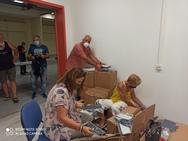Πάτρα: Εργαζόμενοι της αντιδημαρχείας εργάζονται πυρετωδώς για τη διανομή των μασκών στα σχολεία (φωτο)