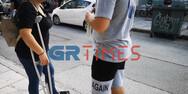 Θεσσαλονίκη: Μητέρα τσακώθηκε με τον γιο της έξω από το σχολείο για τη μάσκα (video)