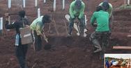 Ινδονησία: Οι αρνητές της μάσκας, τιμωρούνται σκάβοντας τάφους για τα θύματα του κορωνοϊού