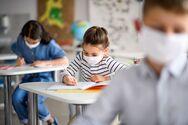 Το υπουργείο Υγείας απαντά γιατί ήταν μεγάλες οι μάσκες που μοιράστηκαν