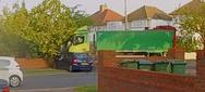 Απορριμματοφόρο πέφτει σε αυτοκίνητα και σπίτι στο Λονδίνο (video)