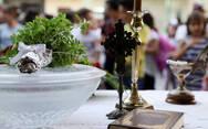 Ιερέας στην Κοζάνη: 'Ο κορωνοϊός δεν κολλάει αν φιλήσεις τον σταυρό'