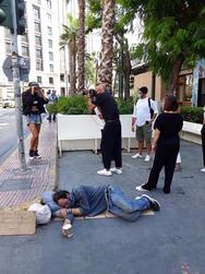 Σάλος με τον Δημήτρη Σκουλό που κάνει φωτογράφιση δίπλα από άστεγο που κοιμάται