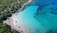 Το άγνωστο νησί με τη μία παραλία και νερά Καραϊβικής (video)