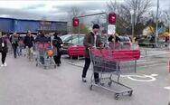 Κορωνοϊός: Αδειάζουν τα ράφια των σούπερ μάρκετ στη Βρετανία