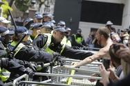 Συγκρούσεις αστυνομικών με διαδηλωτές στη συγκέντρωση κατά των νέων μέτρων στο Λονδίνο