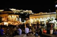 Συνωστισμός στις πλατείες της Αθήνας παρά τα νέα περιοριστικά μέτρα (φωτο)