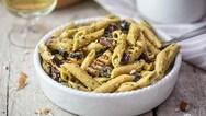 Ζυμαρικά με ψητές μελιτζάνες, ελιές και πέστο αμυγδάλου