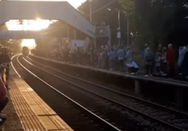 Fans του Χάρι Πότερ περίμεναν ώρες για να δουν το τρένο Hogwarts Express (video)
