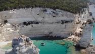 Η κρυμμένη παραλία των Αντιπαξών με τα επιβλητικά βράχια στην είσοδό της (video)