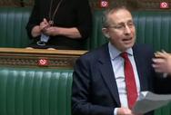 Σάλος στη Βρετανία - Βουλευτής καθάριζε με μάσκα τα γυαλιά της (video)