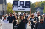Η Paris Hilton σε συγκέντρωση διαμαρτυρίας έξω από το σχολείο που υπέστη κακοποίηση