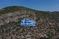 Με μία πελώρια ελληνική σημαία 800 τ.μ. στην πλαγιά του Υμηττού γιορτάζει ο δήμος Γλυφάδας