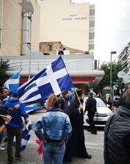Πάτρα: Ο παπάς με τη σημαία στα χέρια που ήταν μπροστάρης στην πορεία