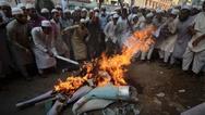Μπαγκλαντές: Εξαγριωμένο πλήθος σκότωσε και έκαψε άνθρωπο γιατί πάτησε το Κοράνι