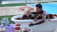 Βούτηξαν στην σοκολάτα και αντάλλαξαν καυτά φιλιά στο Bachelor (video)