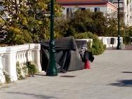 Ρουτίνα τα πρόχειρα καταλύματα από σκηνίτες σε πλατείες της Πάτρας