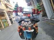 Πάτρα: O ντελιβεράς που φέρνει στα σπίτια μας τα Χριστούγεννα, βάζοντας 'lockdown' στη κατήφεια της πανδημίας (pics+video)