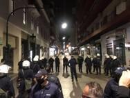 Πάτρα: Επεισόδια στην Κορίνθου με φωτιές - Αστυνομικοί 'μπλόκαραν' ομάδα ατόμων έξω από σούπερ μάρκετ (φωτο)