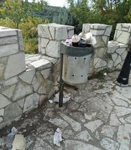 Πάτρα: Η πλατεία με την υπέροχη θέα και τα διάσπαρτα σκουπίδια (φωτό)