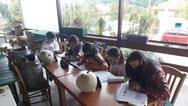 Στέλνει 15 λάπτοπ η κυβέρνηση στους μαθητές που διάβαζαν σε καφενείο της Ηλείας