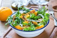 Πρωτότυπη σαλάτα με κοτόπουλο και πορτοκάλι