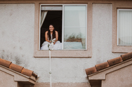 Γάμος με αποστάσεις: Νύφη με κορωνοϊό παντρεύτηκε... από το παράθυρο