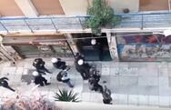Εξάρχεια: Η αστυνομία ρίχνει κρότου λάμψης μέσα σε πολυκατοικία (video)