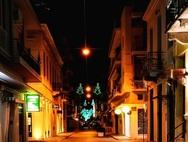 Η εκκωφαντική σιωπή τις νύχτες της γιορτινής και στολισμένης Πάτρας (φωτo)