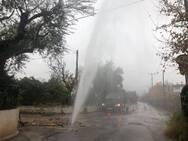 Πάτρα - Έσπασε αγωγός ύδρευσης και δημιουργήθηκε... συντριβάνι (pics+video)