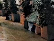 Πάτρα: Ο άστεγος που κοιμάται στο ίδιο παγκάκι εδώ και μήνες!