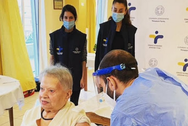 Covid-19: Η 95χρονη κ. Δέσποινα η πρώτη που εμβολιάσθηκε σε οίκο ευγηρίας