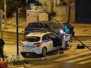 Πάτρα: Περιπολικό 'καρφώθηκε' πάνω σε φανάρι