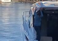 Γυναίκα χάνει την ισορροπία της και πέφτει στη θάλασσα (video)