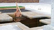 Πούτιν: Βούτηξε στα παγωμένα νερά στους -20 βαθμούς για να τιμήσει τα Θεοφάνεια