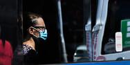 Κορωνοϊός: Τι συμβαίνει όταν κάποιος μιλάει σε κλειστό χώρο