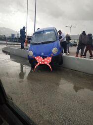 Πάτρα: Απίστευτο σκηνικό σε πάρκινγκ καταστήματος - ΙΧ 'καβάλησε' το κράσπεδο και 'κόλλησε' (φωτο)