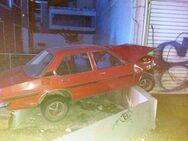 Αυτοκίνητο 'προσγειώθηκε' σε κράσπεδο στο Αγρίνιο (φωτο)