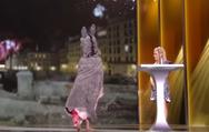 Βραβεία Σεζάρ: Η ηθοποιός Κορίν Μαζιερό εμφανίστηκε γυμνή στη σκηνή (video)