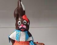 Θεσσαλονίκη: Σοκολατένιοι λαγοί ντύνονται… τσολιαδάκια για την 25η Μαρτίου (φωτο)